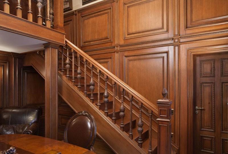 Маршевая лестница в прихожей английского стиля