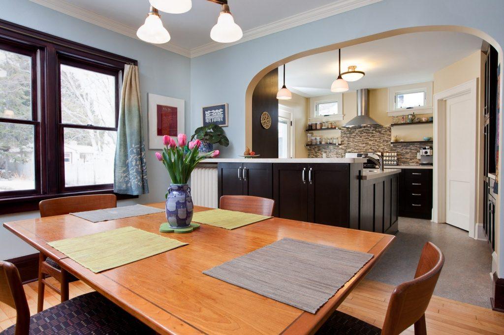 Деревянный стол в обеденной зоне прямоугольной кухни