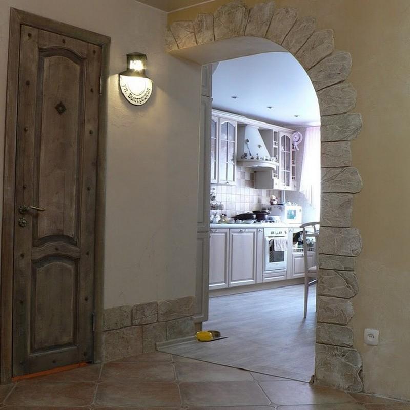 Арка с каменной отделкой в прихожей панельного дома