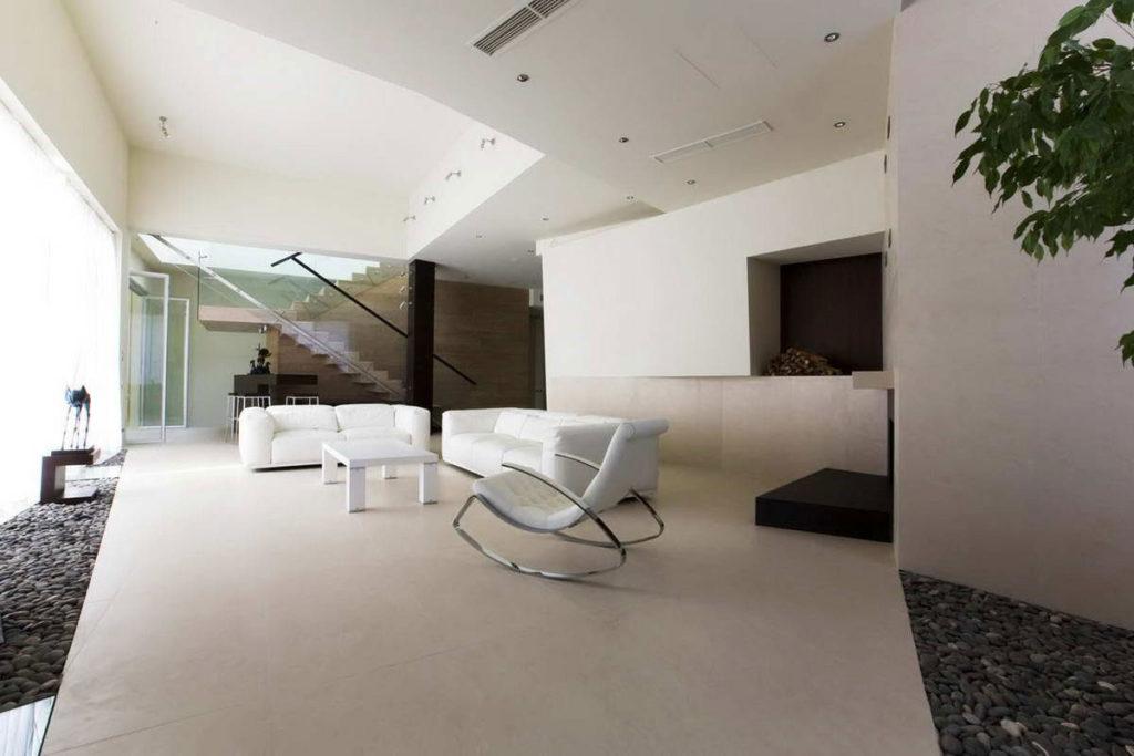 Интерьер гостиной загородного дома в стиле минимализма