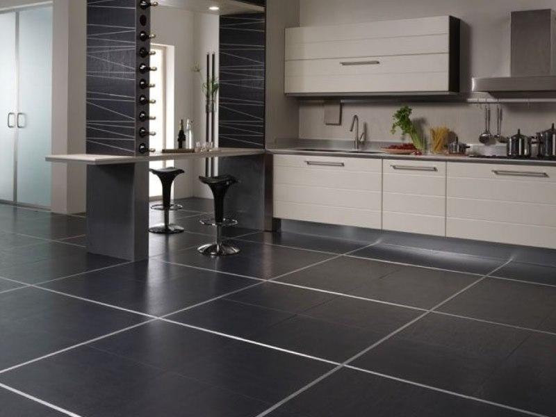 Крупноформатная керамогранитная плитка на кухонном полу