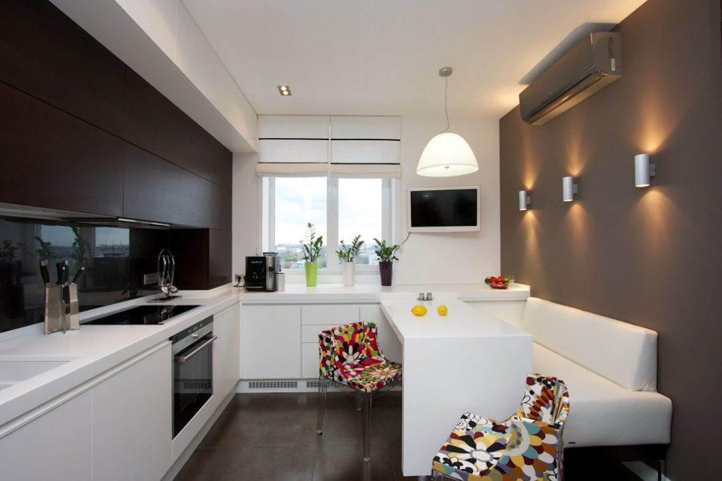 Белый диван на кухне с серыми стенами