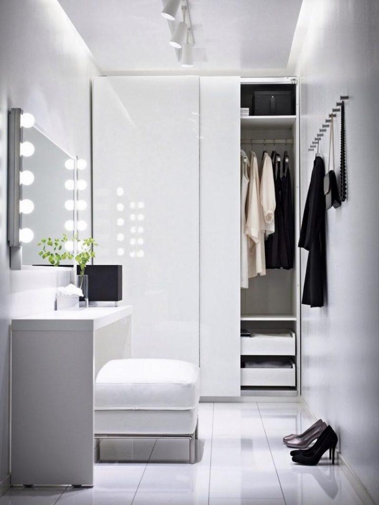 Белые дверцы шкафа в небольшой прихожей
