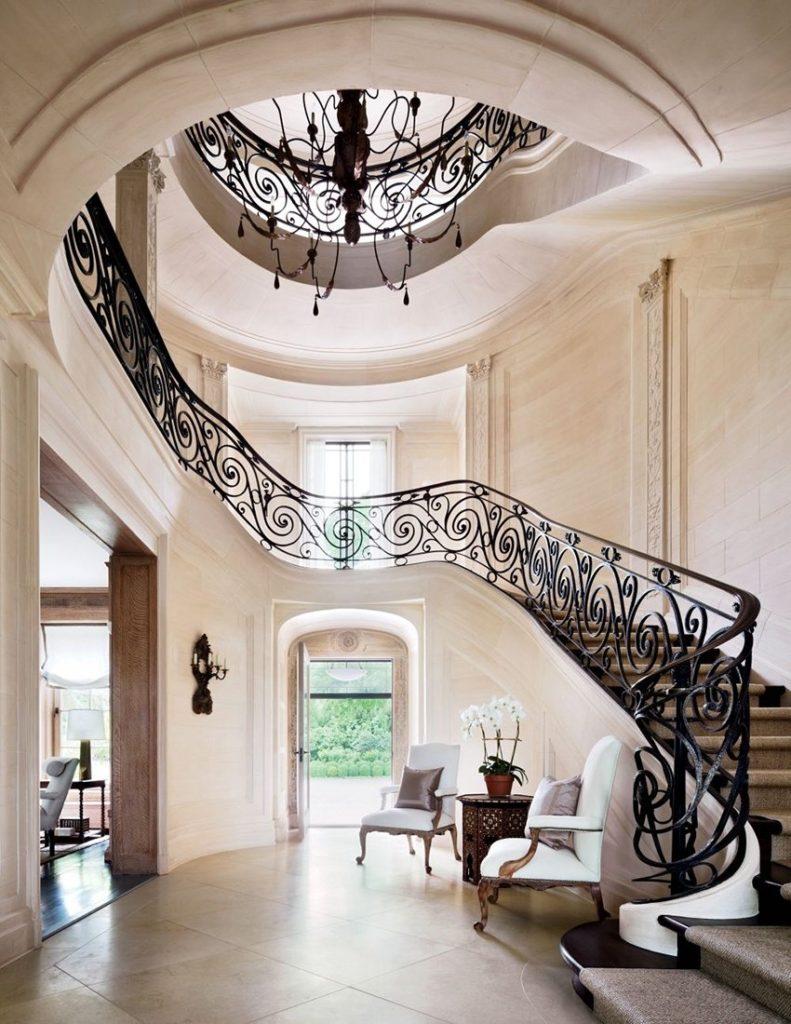 Дизайн прихожей с высоким потолком в загородном доме