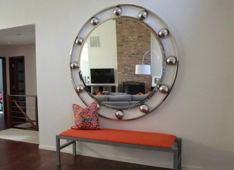 Настенное зеркало круглой формы в прихожей модерн