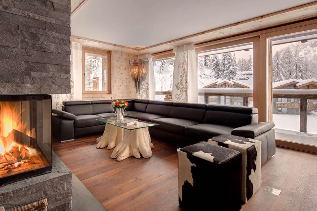Вместительный диван в большой гостиной