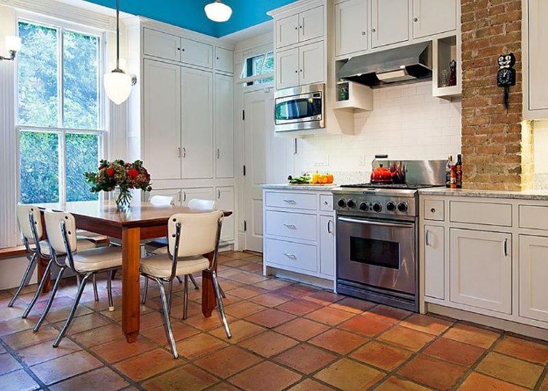 Цементная затирка в швах каменного покрытия на полу кухни