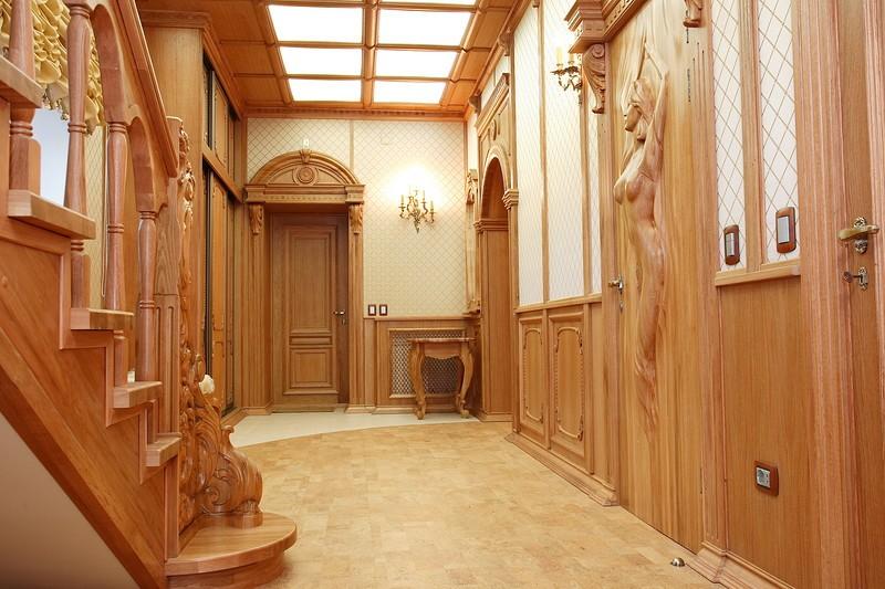 Деревянная лестница в прихожей классического стиля