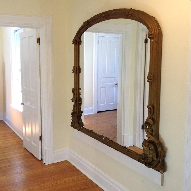 Деревянная резная рама на зеркале в прихожей