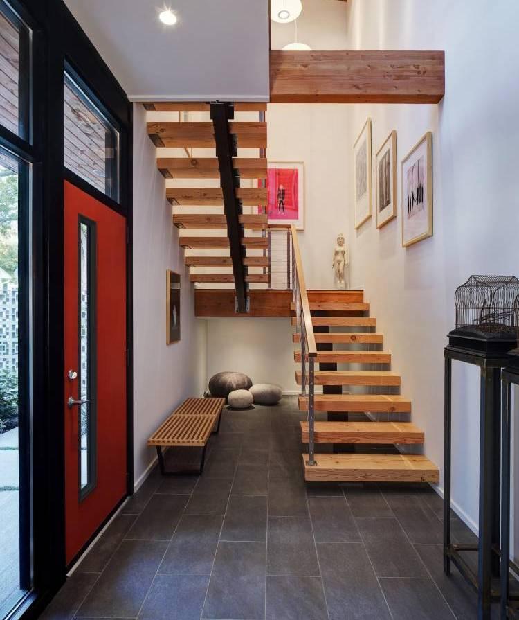 Небольшая прихожая с лестницей на второй этаж частного дома