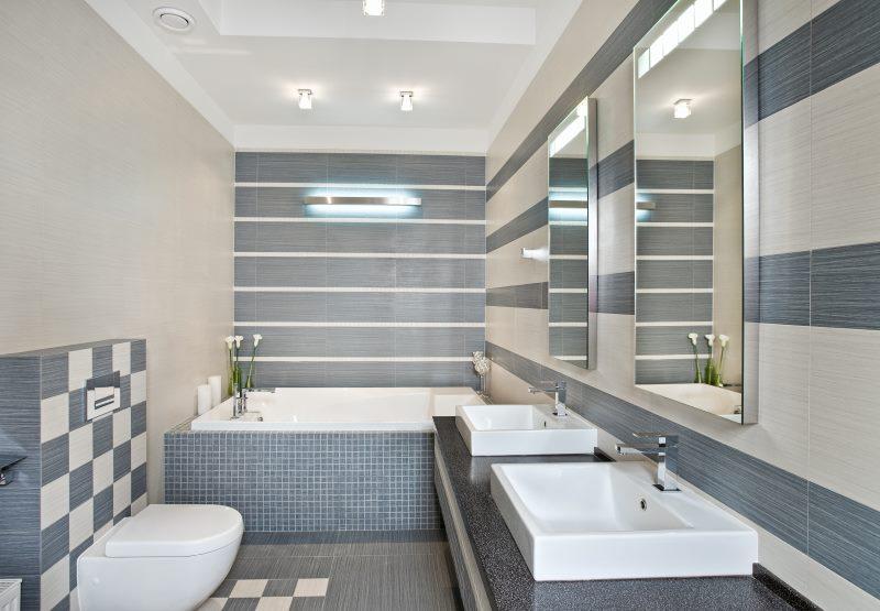 Интерьер светлой ванной комнаты с двумя умывальниками