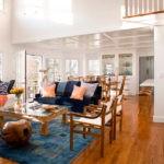Дизайн светлой гостиной в большом доме