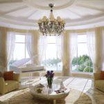 Белый рояль в гостиной частного дома