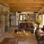 Кожаная мебель для гостиной загородного дома
