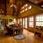 Гостиная с высоким потолком в деревянном доме
