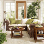 Угловой диван из ротанга в гостиной частного дома