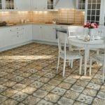 Плитка под старину на полу кухни в стиле прованс