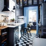 Шахматная укладка плитки на полу рабочей зоны кухни