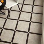 Двухцветная плитка из керамики на полу кухни