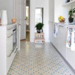 Керамическая плитка с мелким орнаментом в интерьере кухни