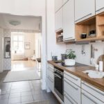 Деревянная столешница линейной кухни