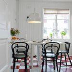 Красно-белая плитка на полу современной кухни