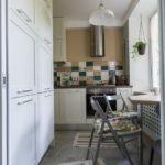 Небольшой столик вместе подоконника на кухне