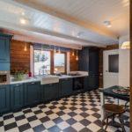 Дизайн большой кухни с деревянным потолком