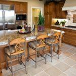 Деревянная мебель в дизайне кухни