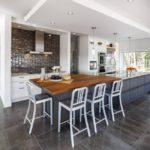 Многоуровневый потолок на кухне частного дома