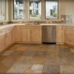 каменная плитка на полу кухни в коттедже