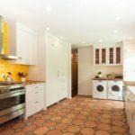 Желтый кафель в белой кухне