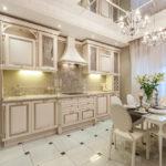 Зеркальный потолок в кухне линейной планировки