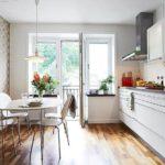 Интерьер кухни с балконной дверью