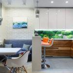 Угловой гарнитур в рабочей зоне кухни-гостиной
