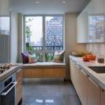Удобный диванчик вместо подоконника в кухне городской квартиры