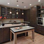 Угловая кухня с островом в просторной комнате