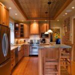 Деревянный пол на кухне в частном доме