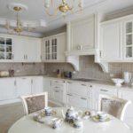 Керамический фартук в классической кухне