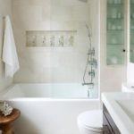 интерьер компактной ванной в светлых тонах
