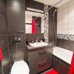 Красный текстиль в ванной комнате