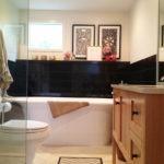 Черная керамическая плитка в ванной комнате