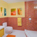 Яркий интерьер модной ванной комнаты
