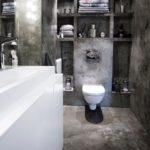 Подвесной унитаз в темной ванной комнате