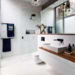 Раковина в ванной перед окном