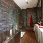 Коричневый пол в совмещенной ванной