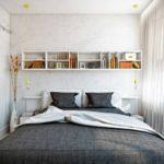 Узкая спальня с большой кроватью