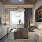 Темный потолок в небольшой спальне