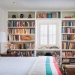 Книжные стеллажи в спальной комнате