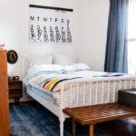 Деревянная мебель в маленькой спальне